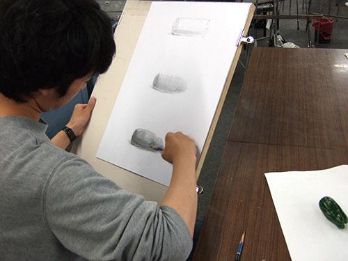 北海道教育大岩見沢校〈美術文化〉に在籍しているOBの阿部永くんが助っ人として(なんとボランティアで!)来てくれました。